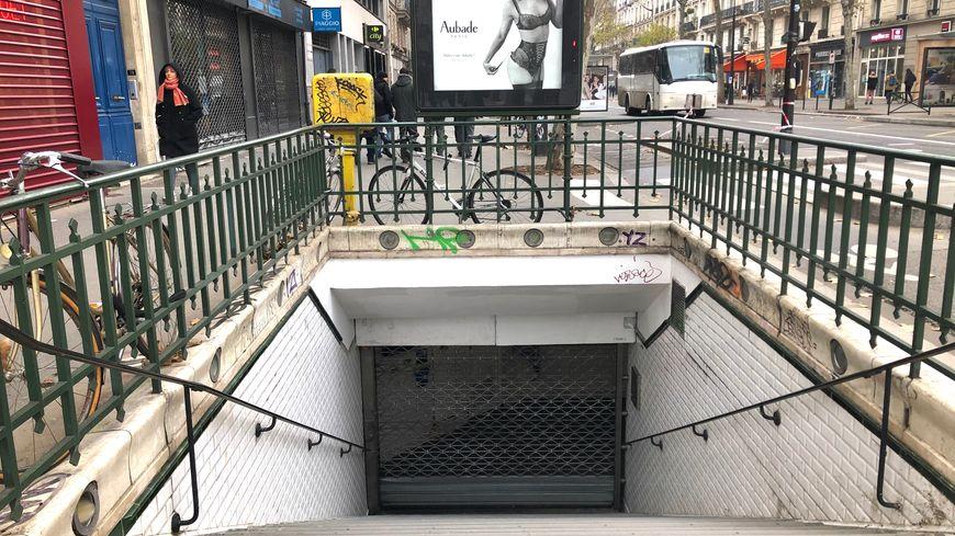Une bouche de métro fermée à Paris durant la grève.