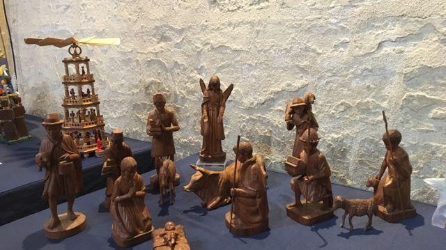 Des crèches en bois sont présentées à l'église Saint-Alpin de Châlons