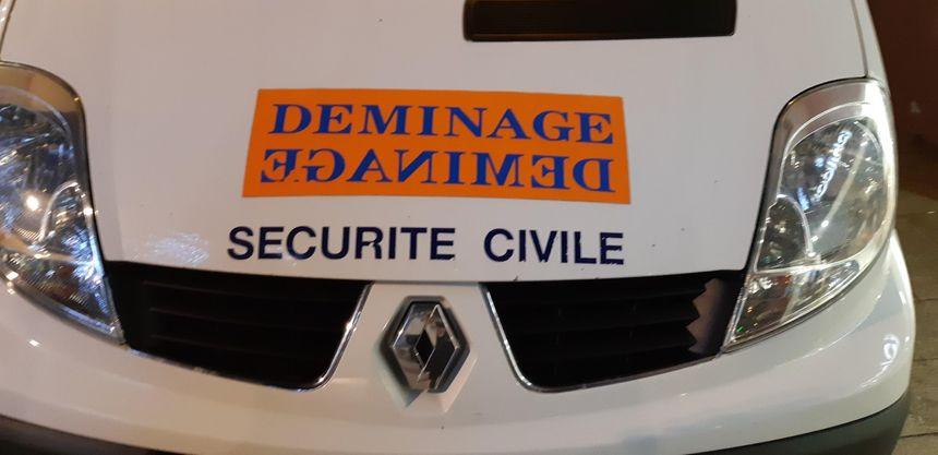 Le véhicule d'intervention des démineurs de la sécurité civile de Colmar sur place passage de la demi-lune à Mulhouse.