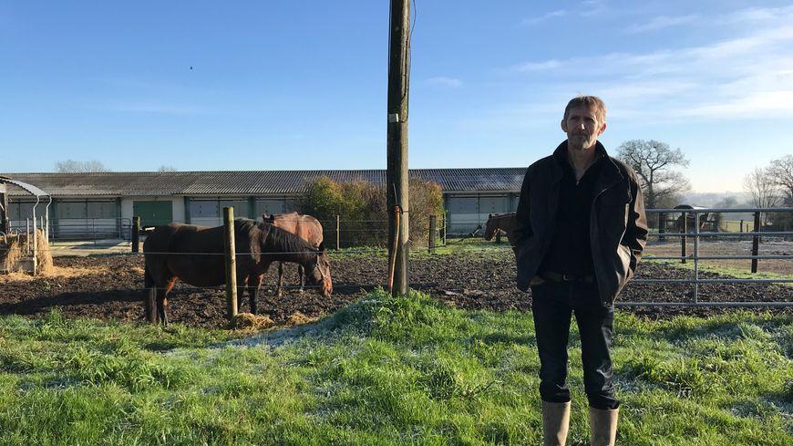 Xavier Coulon élève des canards, des chevaux et produit des céréales à Parné-sur-Roc.
