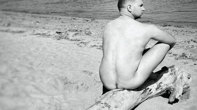 Clément Fanise est fier de sa photo dans le calendrier des facteurs, à la page du mois de juillet.