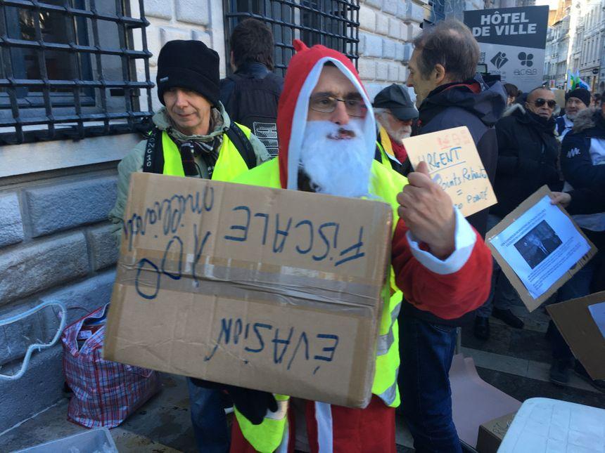 Les manifestants ont déposé des cadeaux à destination des représentants au pouvoir.