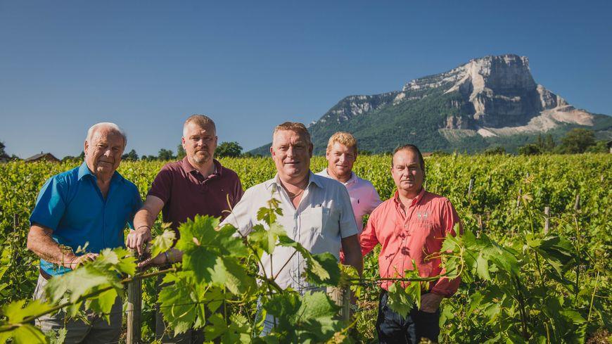 Gilles Perrier (deuxième en partant de la gauche) et sa famille, au milieu des vignes.
