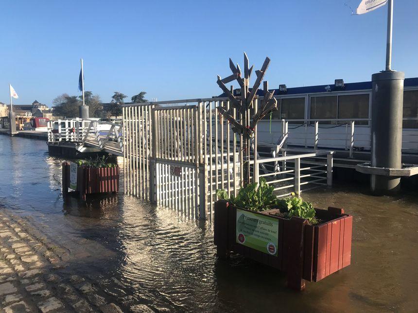 Le pont d'accès à la péniche Le Duc des Chauvières est sous l'eau