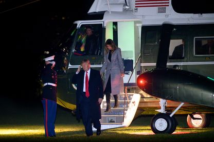 Donald et Melania Trump à leur retour de Londres le 4 décembre 2019. Dans l'avion, le Président a défendu son bilan au Sommet de l'OTAN et attaqué ces « bons à rien » de démocrates qui veulent sa peau