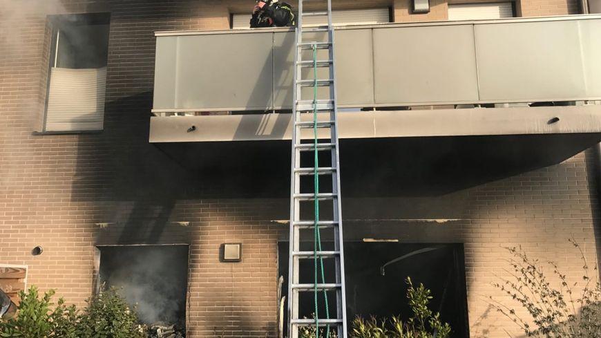 Les fumées se sont propagées jusqu'au 2e étage de l'immeuble.