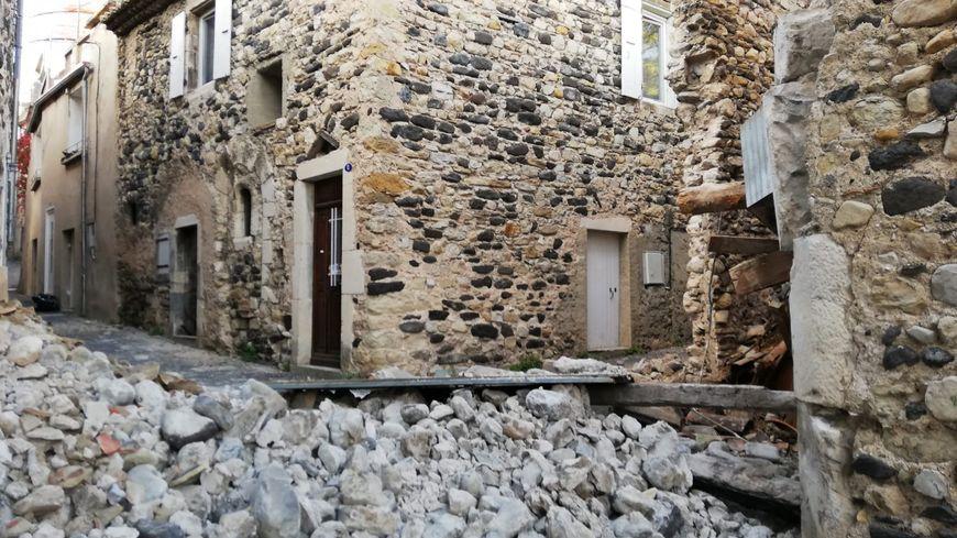 Les murs d'un bâtiment effondrés au Teil (Ardèche) après le séisme survenu le 11 novembre 2019 en Drôme et Ardèche.