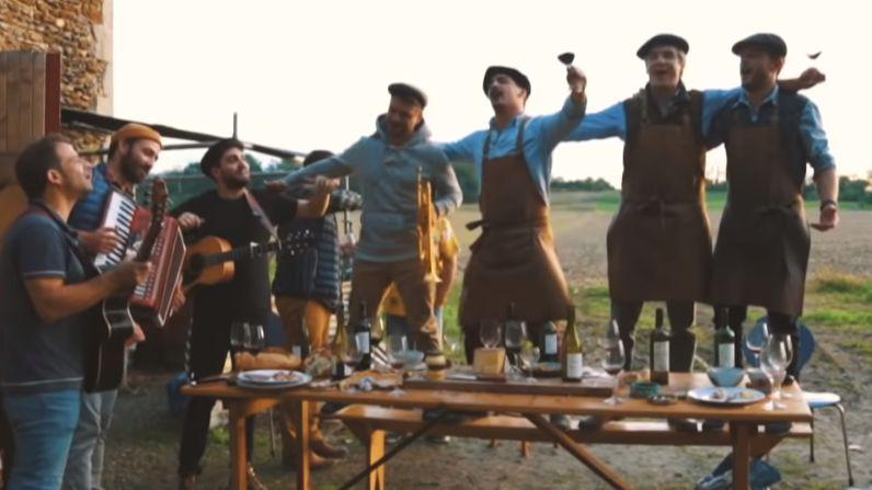 Le chanteur périgourdin Tibz participe à ce clip musical avec le groupe Trottoir d'en face. Capture d'écran du clip