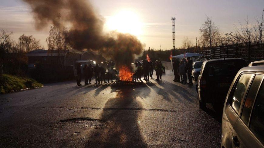 A l'appel de la CGT, une vingtaine de personnes se sont rassemblées ce mardi matin devant l'usine d'assemblage de Btwin.