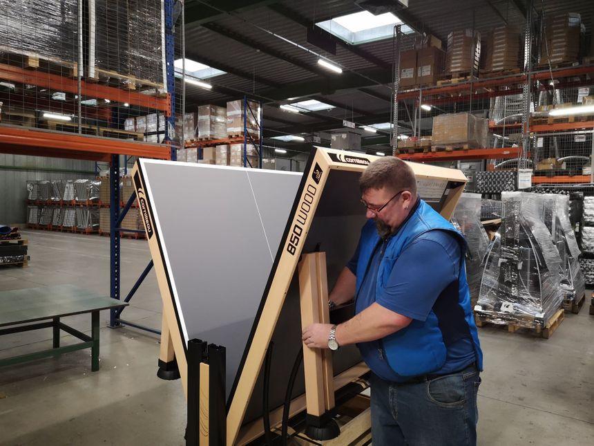 Employé chez Cornilleau, Laurent Hermant assemble des tables de ping-pong depuis une trentaine d'années.
