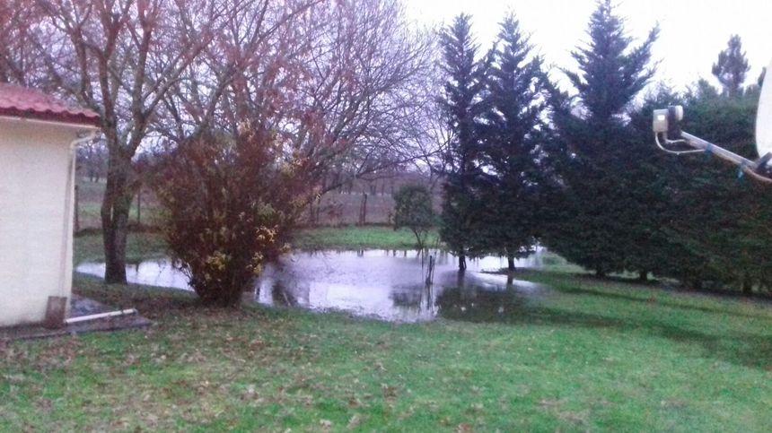 """""""C'est la première fois que je vois autant d'eau sur mon terrain"""" témoigne Nadine sur France Bleu Gironde"""