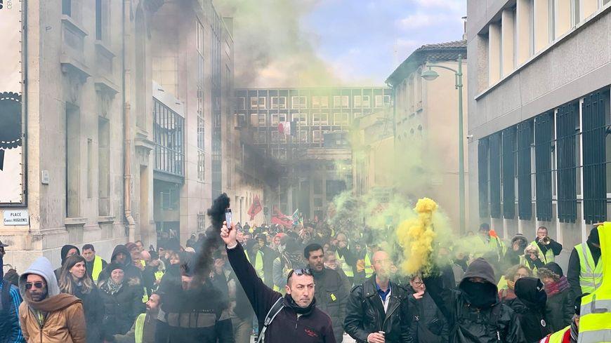 Les manifestants traversent le centre-ville