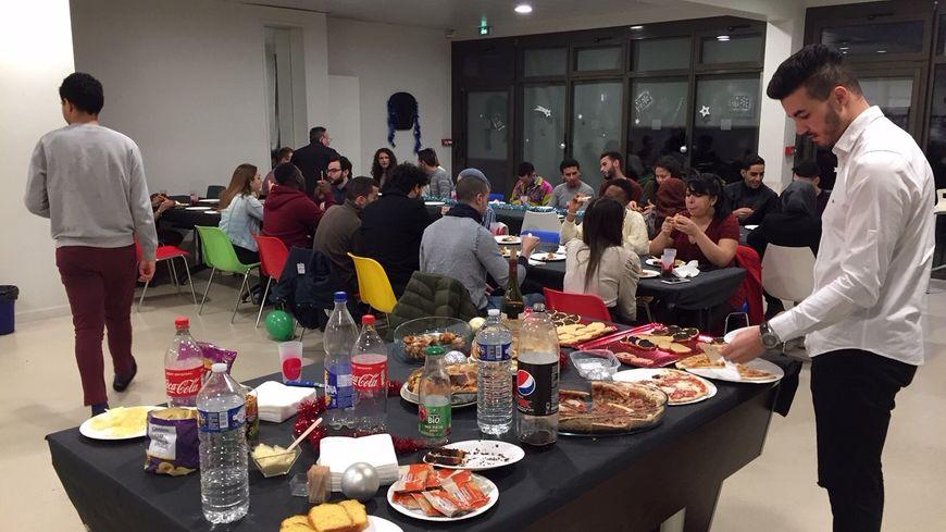 Une cinquantaine d'étudiants se sont réunis autour d'un bon repas de Noël.
