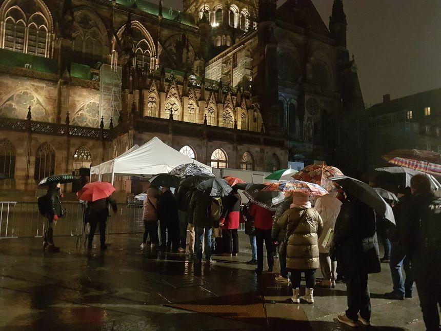 Ouverture des portes pour assister à la cérémonie hommage aux victimes de l'attentat à la cathédrale de Strasbourg