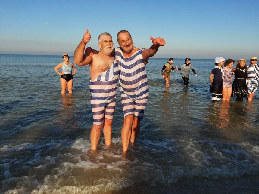 Des baigneurs heureux à Cabourg