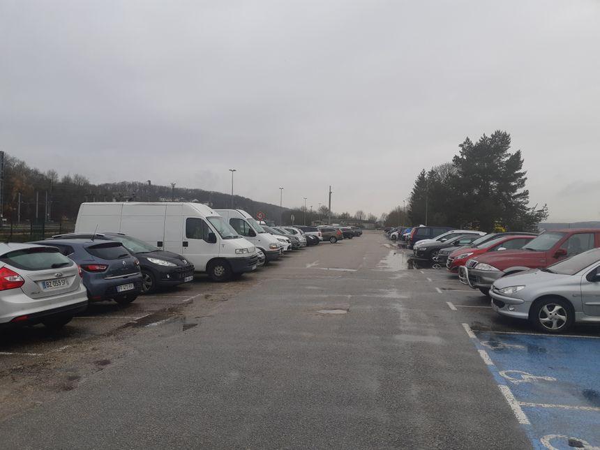 Il reste beaucoup de places sur le parking de la gare. Même sur le parvis, des stationnements sont libres