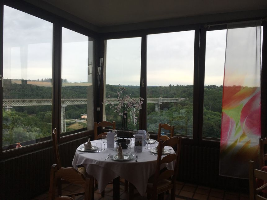 La vue de la salle sur le Viaduc de Busseau sur Creuse