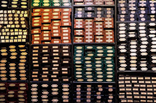 """Les boîtes à baguettes du magasin """"Chez Ollivander"""" ou """"Ollivanders"""""""
