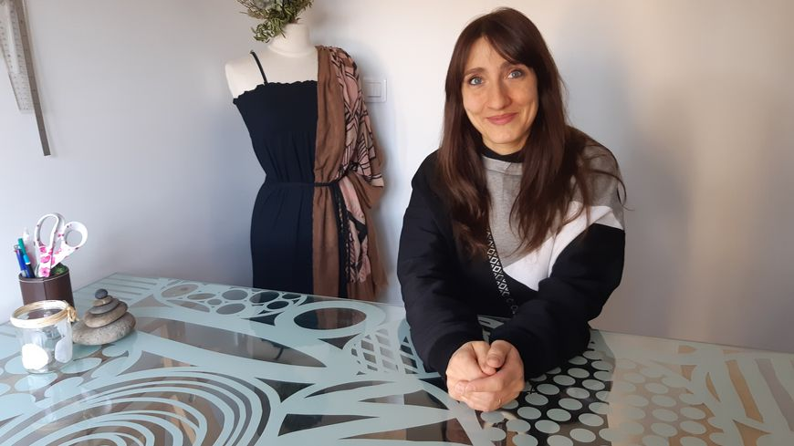 Angélique Lecomte à sa table de travail où elle confectionne ses modèles
