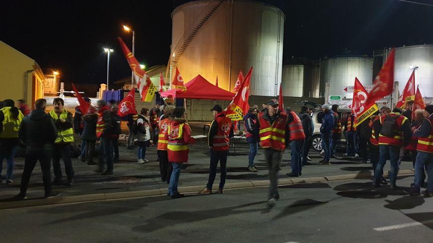 Le dépôt de carburant de Cusset bloqué par des militants CGT et des gilets jaunes de l'Allier.