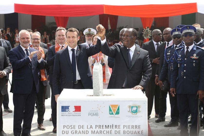 Le président français Emmanuel Macron et le président ivoirien Alassane Ouattara posant la première pierre du marché de Bouaké le 22 décembre 2019.