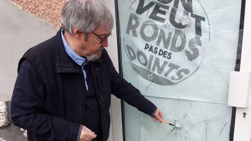Alain Dupenloup constate les dégâts sur les locaux de Chambéry du parti communiste français.