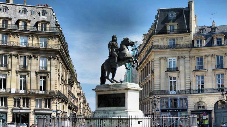 La statue équestre de Louis XIV de Joseph Bosion sur la place des Victoires