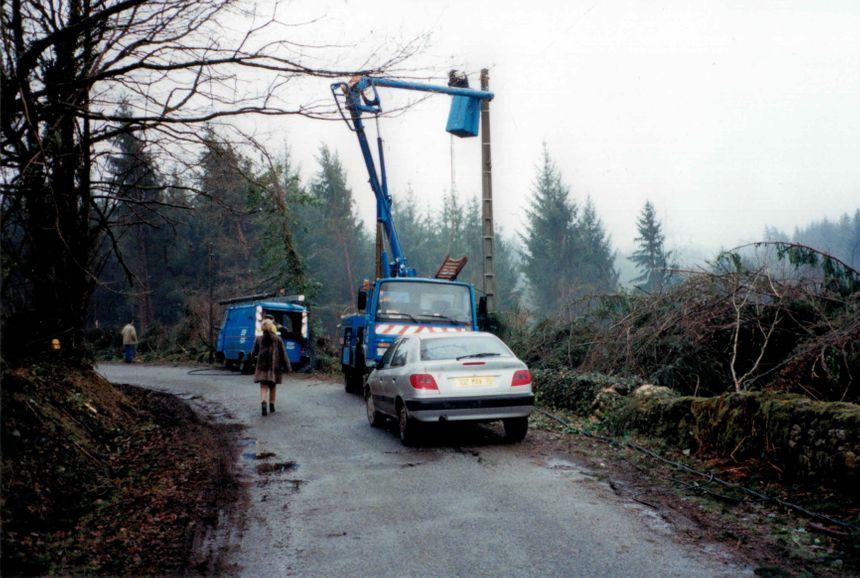Les agents d'EDF réparent des lignes tombées à terre à Châtelus-le-Marcheix.