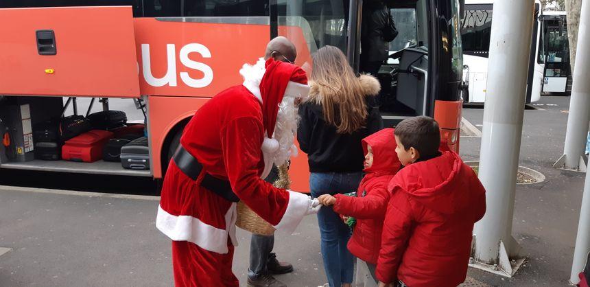 Drôle de rencontre pour les enfants à la gare routière de Clermont-Ferrand