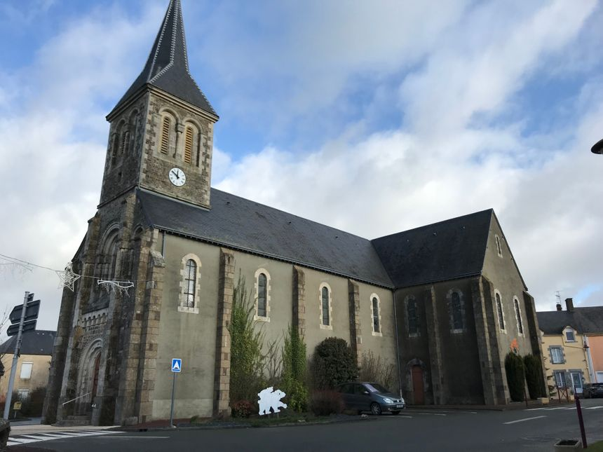 L'église de Saint-Germain-de-Coulamer, cœur du village, est totalement rénovée aujourd'hui.