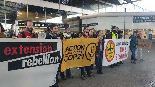 Les associations ANV Cop21 et Extinction Rebellion ont mené une action non bloquante à l'aéroport Nice Côte d'Azur, samedi 21 décembre, contre le projet d'extension du terminal T2.