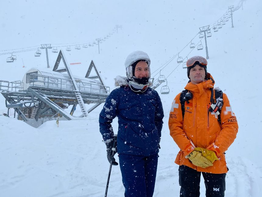 Florence Gouache (secrétaire générale de la préfecture de la Haute-Savoie) et Guilhem Motte le directeur des pisteurs-secouristes de La Clusaz.