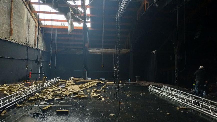 La toiture au-dessus de la scène s'est envolée. Il pleut à l'intérieur.