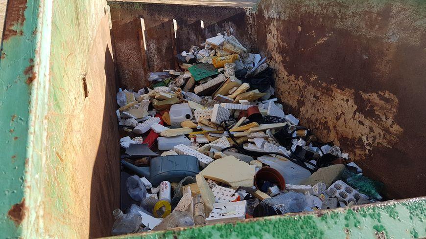 Tout au long de la plage de la Viva, des bennes sont à la disposition des promeneurs pour jeter les déchets trouvés sur le sable
