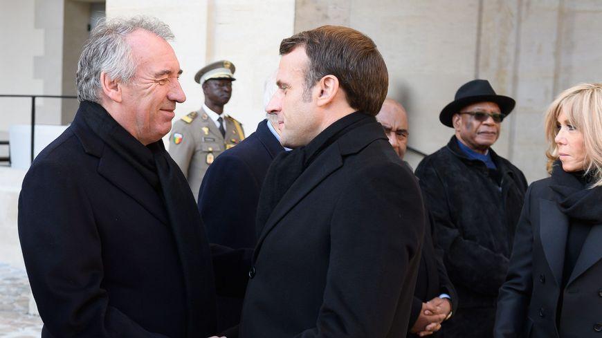 François Bayrou et Emmanuel Macron, avec en arrière-plan le président malien Ibrahim Boubacar Keita, dans la Cour des Invalides durant l'hommage national aux 13 soldats français morts au Sahel.