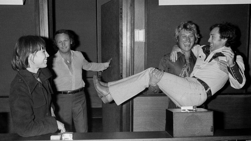 Rosa Fumetto, Johnny Hallyday et Michel Mallory lors de l'enregistrement de l'émission télévisée 'Numéro Un' à Paris  en juin 1977.