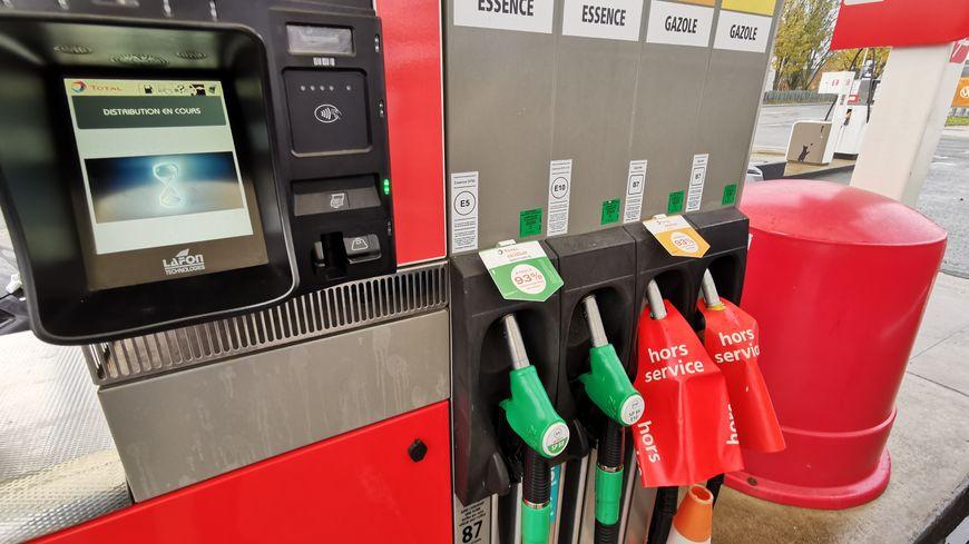 Plusieurs stations d'essence ont dû fermer ce week-end, par précaution ou à cause d'une ruée vers les pompes.