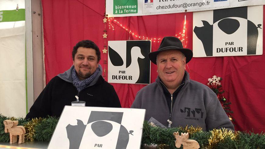 Nicolas Chastre et Jean-Claude Dufour de la  Ferme Chez Dufour à la Meyze élèvent cochons cul noir et canard gras et proposent leur production sur le marché de noël avec une spécificité :pas de conserves seulement des produits frais!