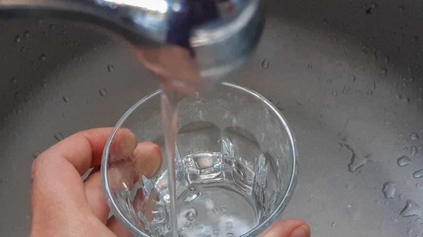 Il est interdit de boire l'eau du robinet.