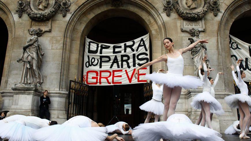 Le 24 décembre, les danseuses du corps de ballet présentaient des extraits du Lac des cygles sur le parvis de l'Opéra Garnier.