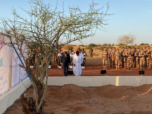 Avec le président Issoufou, Emmanuel Macron s'est incliné devant les corps enterrés des 71 soldats nigériens tués lors d'une attaque djihadiste