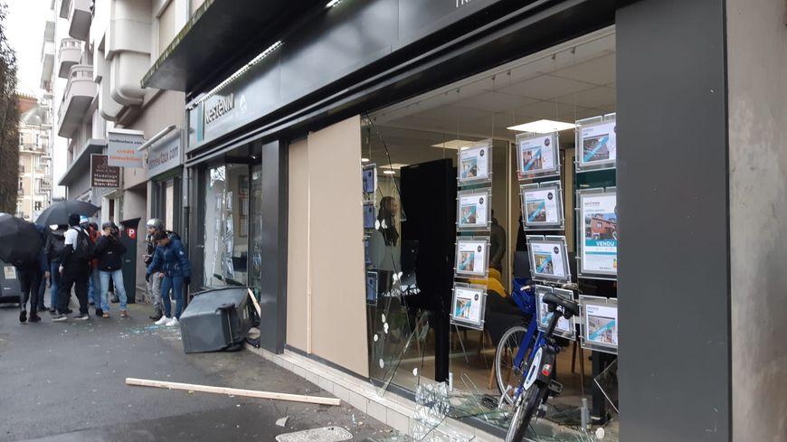 Une agence immobilière prise pour cible par des manifestants cagoulés sur le parcours de la manifestation rennaise