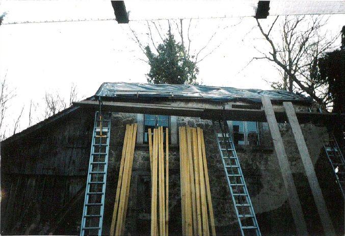 Le toit de Michèle Baubier, en cours de réparation.