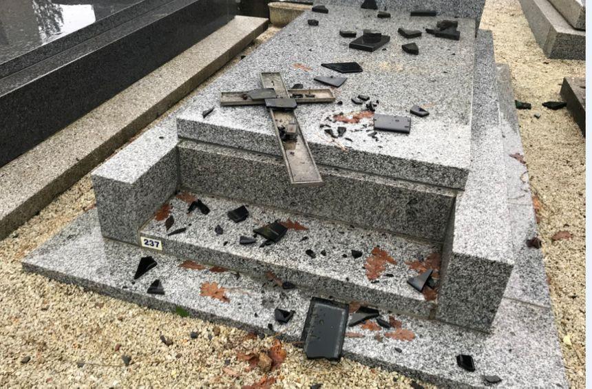 Il reste des débris sur les tombes et dans les allées du cimetière.