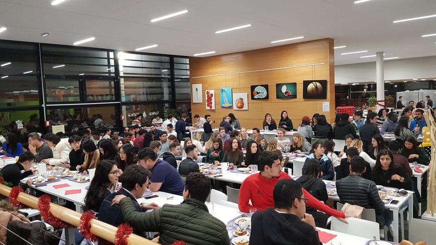 Ils étaient 304 étudiants étrangers inscrits à ce repas de noël français, à la Rochelle.