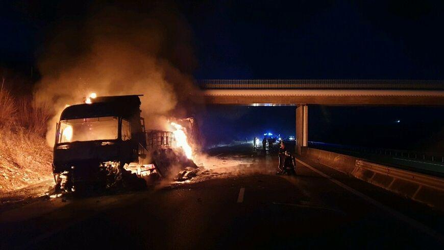 Le poids-lourds a pris feu sur l'autoroute, dans le sens Paris-Toulouse.