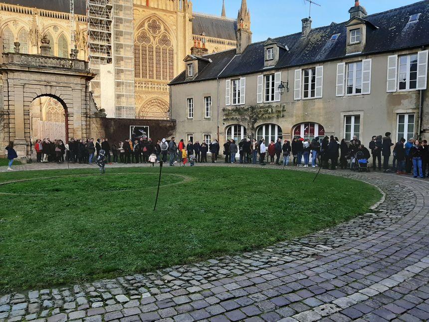 Une longue file d'attente dans la cour de l'hôtel du Doyen de Bayeux pour voir la tapisserie Game of Thrones