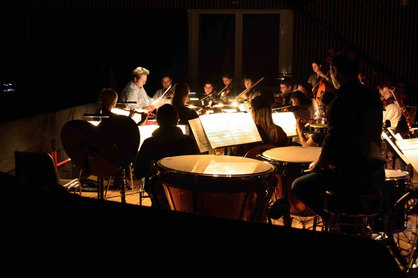 Elèves et professeurs du conservatoire composent l'orchestre sous la direction de Baptiste Masson