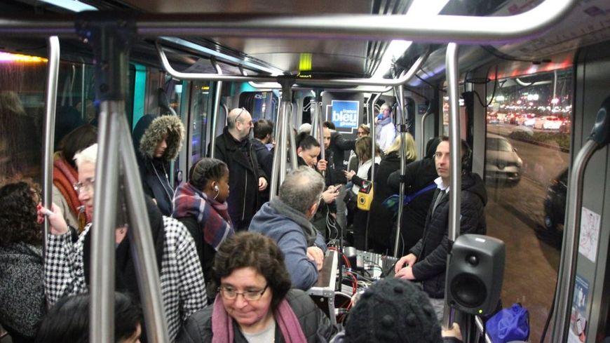 Régie studio radio et voyageurs mêlés dans la ligne D du tramway à Bordeaux