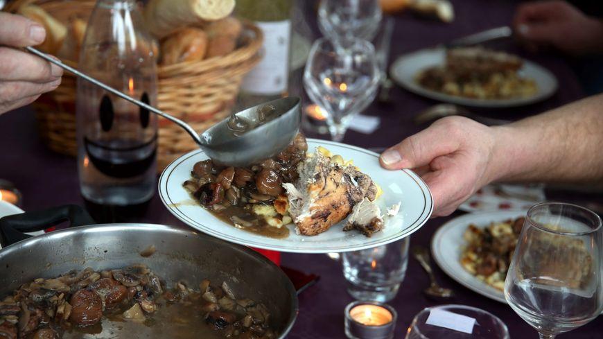 Si vous voulez éviter que les assiettes volent durant les repas de Noël, un seul sujet à éviter, la politique ! (illustration)